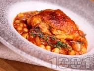 Рецепта Яхния от пилешки бутчета с нахут от консерва или буркан, домати, домати от консерва и мащерка